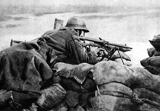 Belgian_machinegunner_in_1918_guarding_trench